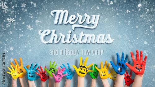 viele angemalte Kinderhände mit Smileys vor Winter-Hintergrund mit ...