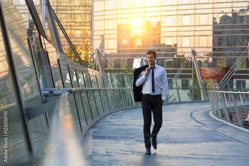 Photo  Businessman walking in financial district