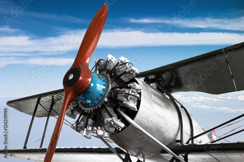 Foto  Engine and propeller closeup from retro airplane