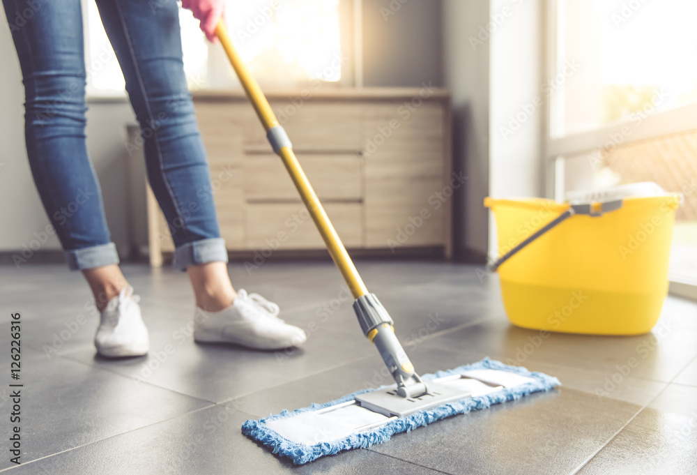 Fototapety, obrazy: Woman cleaning her house