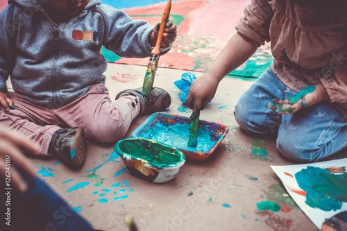 Foto  Niños jugando con pinturas y temperas