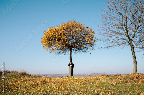 Deurstickers Surrealisme man embraces autumn tree