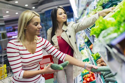 Plakat Piękne kobiety, zakupy warzyw i owoców