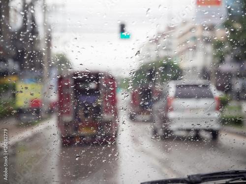 Türaufkleber London roten bus Road view through car windshield with rain drops, Driving in rain.