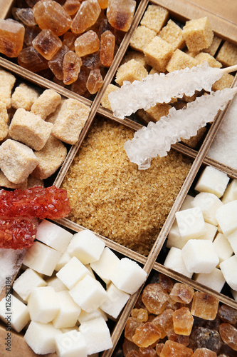 Foto Various kinds of sugar in wooden box