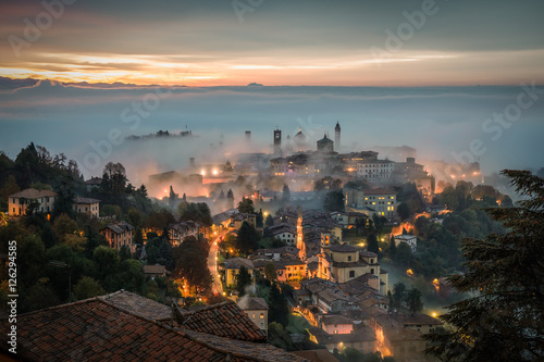 Valokuvatapetti Bergamo through the fog at dawn