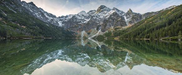 fototapeta odbicie gór w szmaragdowej wodzie jeziora