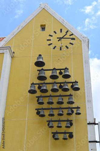 Iglesia amarilla en Curacao con campanas y reloj Canvas Print