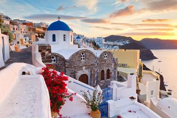 Widok Oia wioska na Santorini wyspie w Grecja.