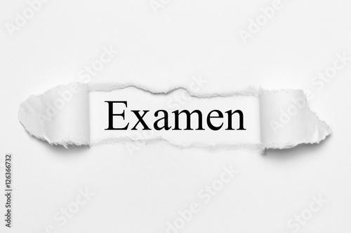 Foto  Examen auf weißen gerissenen Papier