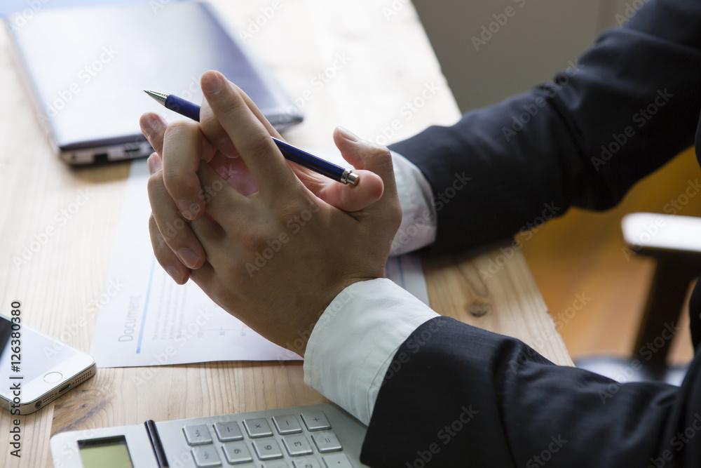 Fototapeta 机の上で組まれた手