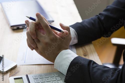 Obraz 机の上で組まれた手 - fototapety do salonu