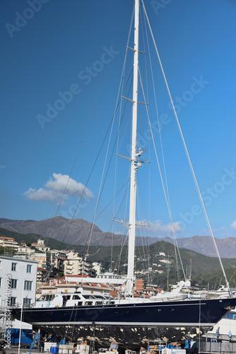 Papiers peints Nautique motorise Barca a vela ferma nel cantiere navale per riparazione