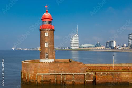 Foto auf AluDibond Stadt am Wasser Bremerhaven. Im Vordergrund der Leuchtturm an der Geeste-Mündung (Nordmole). Oktober 2016.