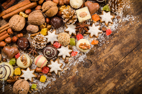 Poster Confiserie diagonal wooden background with sweets and chocolate