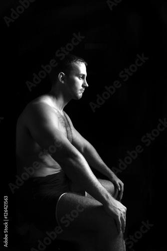 Poster Akt Portrait of muscular man sitting.