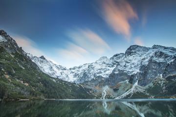 fototapeta różowe chmury nad górami i jeziorem