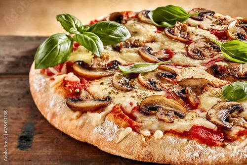 swiezy-bazylia-na-wierzchu-serowej-i-pieczarkowej-pizzy
