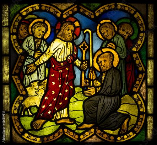 jasne-kolorowe-witraze-sceny-z-zycia-jezusa-obrazy-apostolow-swietych-i-postacie-ze-starego-testamentu-ekspozycja-barwiona