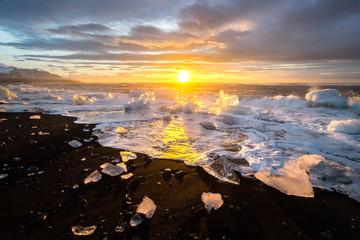 Fototapeta lód nad oceanem i zachód słońca