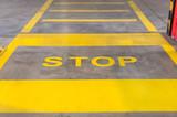 Żółte pasy dla pieszych na betonowej drodze.