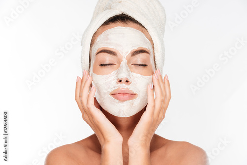 Fotografía  Woman with eyes closed and white facial mask on face