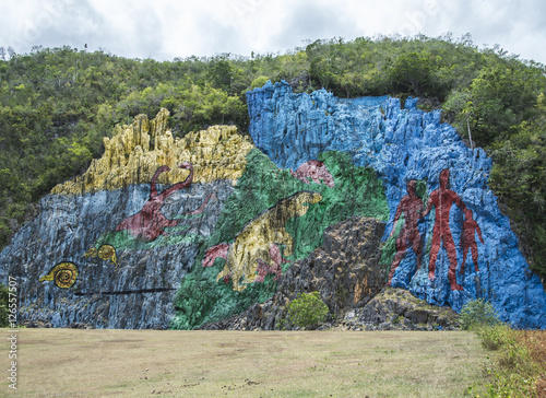 "Fotografie, Obraz  Kuba,Vinales; Das Felsgemälde "" Mural de la Prehistoria "" im  Vinales Tal"