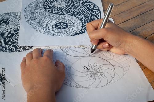 Plakat Ręka rysuje yin Yang dla dorosłej antej stres kolorystyki książki kobieta