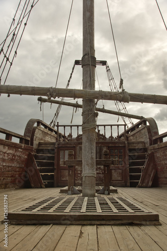 Foto auf AluDibond Schiff ropes on an old vessel