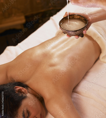 Photo  young man getting a spa massage