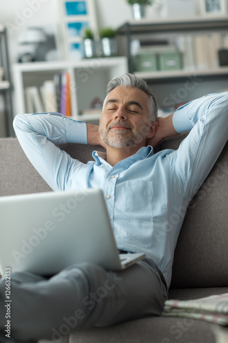 Photo  Man relaxing at home