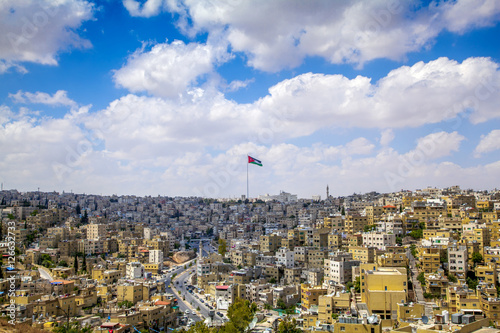 Photo Amman city center and Jordanian flag in the middle