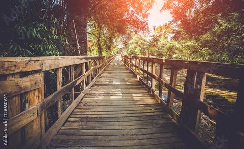 dlugi-drewniany-most-zdjecie-z-nalozonym-filtrem