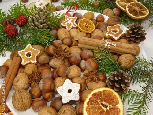 Aluminium Prints Buffet, Bar Weihnachtlich geschmückter Teller mit verschiedenen ungeöffneten Nüssen.