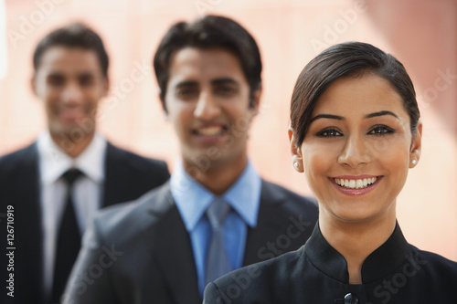 Photo smiling businesswoman, two businessman in background