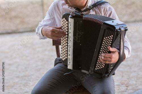 Fotografía  Músico tocando el acordeón
