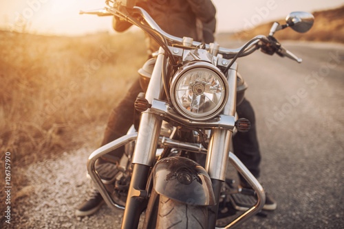 Photo motorbike on asphalt with rider