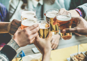 Grupa prijatelja koja uživa u pivu