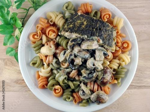 Fotografie, Obraz  Wildlachs auf Nudeln mit Pilzen