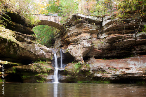Foto  Bridge and Waterfall in Hocking Hills State Park, Ohio with Blur Effect
