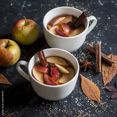 Fotografia  Maple apple hot cider. On a dark background.