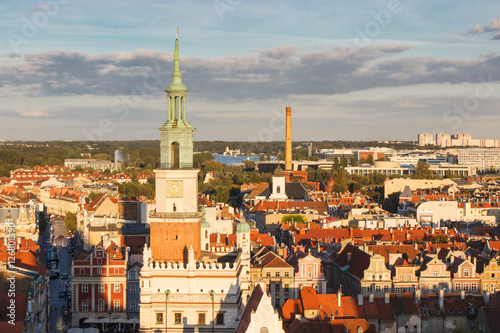 Obraz na dibondzie (fotoboard) Poznański Polska, Sierpień, - 30, 2016: Urząd miasta, starzy i nowożytni budynki przy zmierzchem w mieście Poznańskim ,.