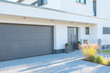 canvas print picture - Moderne Fassade mit Garagentor