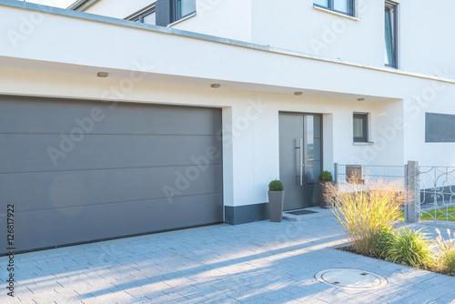 Fotografía  Moderne Fassade mit Garagentor