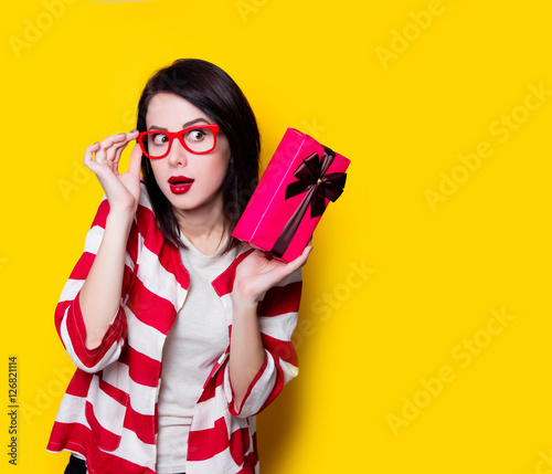 Photo  woman in glasses with gift box