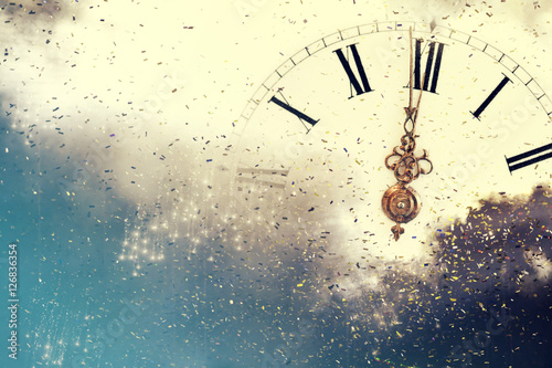 Photo Abstract background with fireworks and clock close to midnight