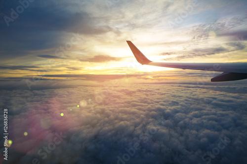 Zdjęcie XXL Skrzydło samolotu lecący nad efektem poświaty i flary
