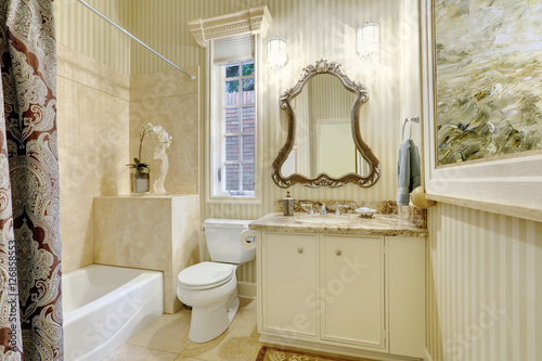 Fototapety, obrazy: Victorian style master bathroom in warm creamy tones.