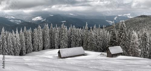 dwa-domki-w-gorach-w-mrozna-zime