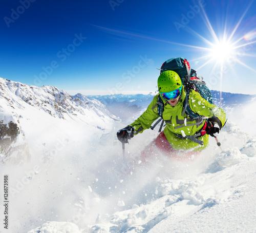 doswiadczony-narciarz-zjezdzajacy-po-stoku